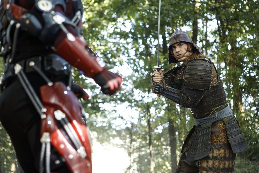 Während Ray (Brandon Routh) ausgerechnet im mittelalterlichen Japan seinen Anzug an die Samurai verliert, finden Martin und Jefferson auf dem Schiff... - Bildquelle: Warner Brothers