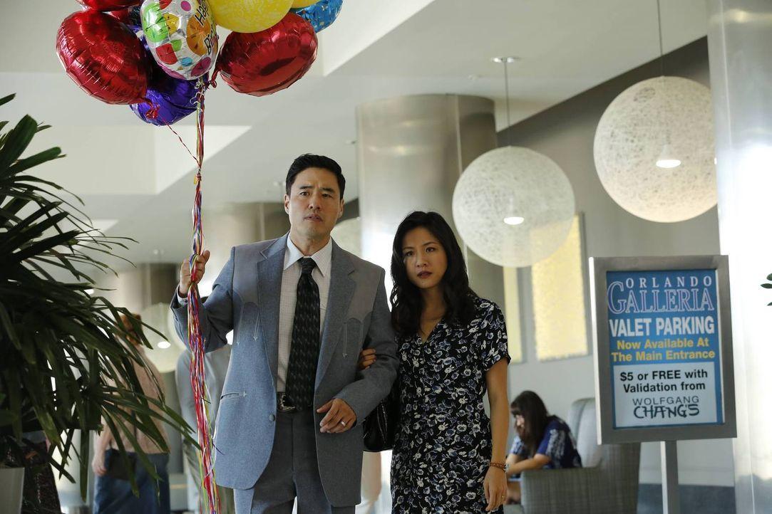 Eddies Geburtstag steht bevor und alles soll so sein wie jedes Jahr: Jessica (Constance Wu, r.) und Louis (Randall Park, l.) befüllen eine uralte Pi... - Bildquelle: 2015-2016 American Broadcasting Companies. All rights reserved.