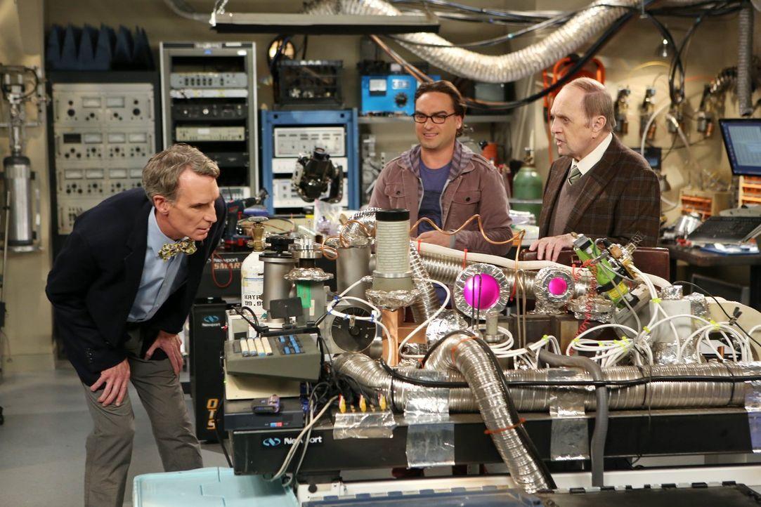 Sheldon ist gekränkt, als Professor Proton (Bob Newhart, r.) einen Ratschlag von Leonard (Johnny Galecki, M.) erbittet anstatt von ihm. Er sinnt auf... - Bildquelle: Warner Bros. Television
