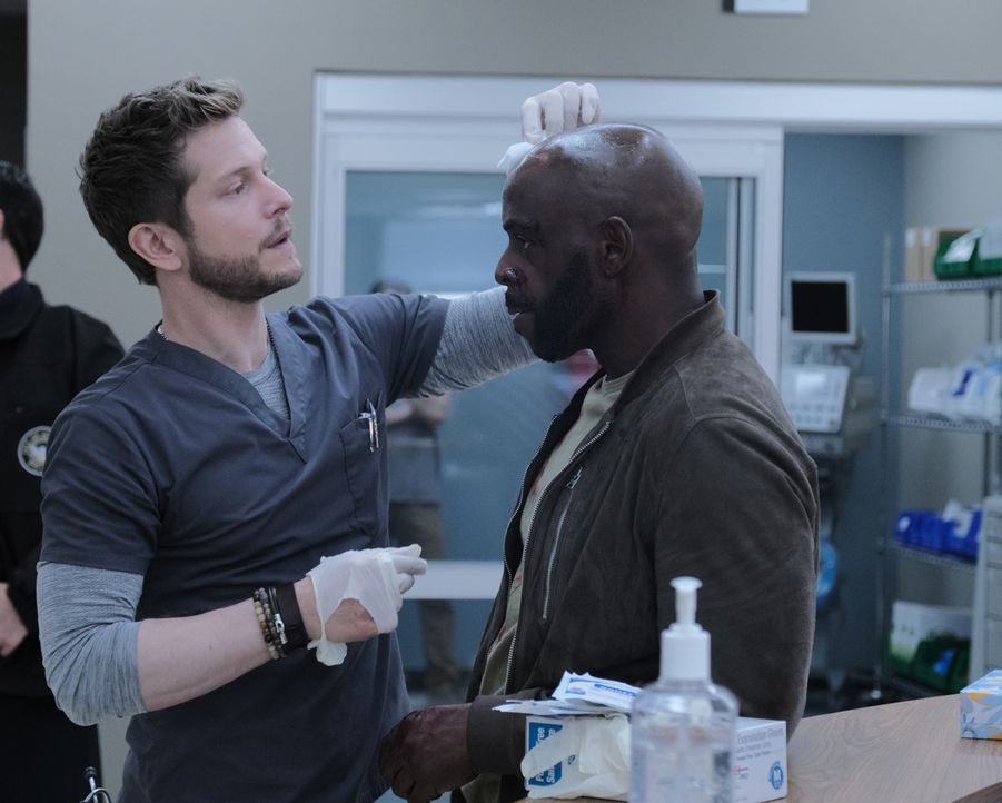 Dr. Conrad Hawkins (Matt Czuchry, l.); Al Raines (Alimi Ballard, r.) - Bildquelle: Guy D'Alema 2019-2020 Twentieth Century Fox Film Corporation.  All rights reserved. / Guy D'Alema