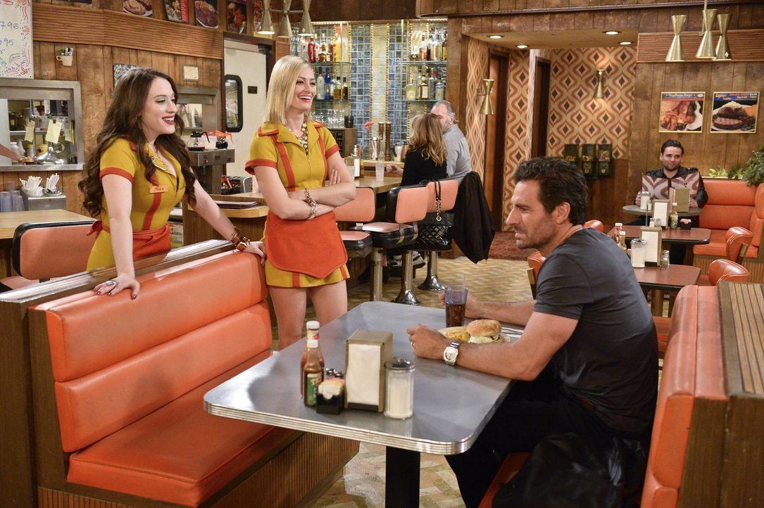 Randy (Ed Quinn, r.) bekommt die Chance, Partner in einer New Yorker Kanzlei zu werden und will, dass Max (Kat Dennings, l.) bei einem Dinner mit de... - Bildquelle: 2016 Warner Brothers