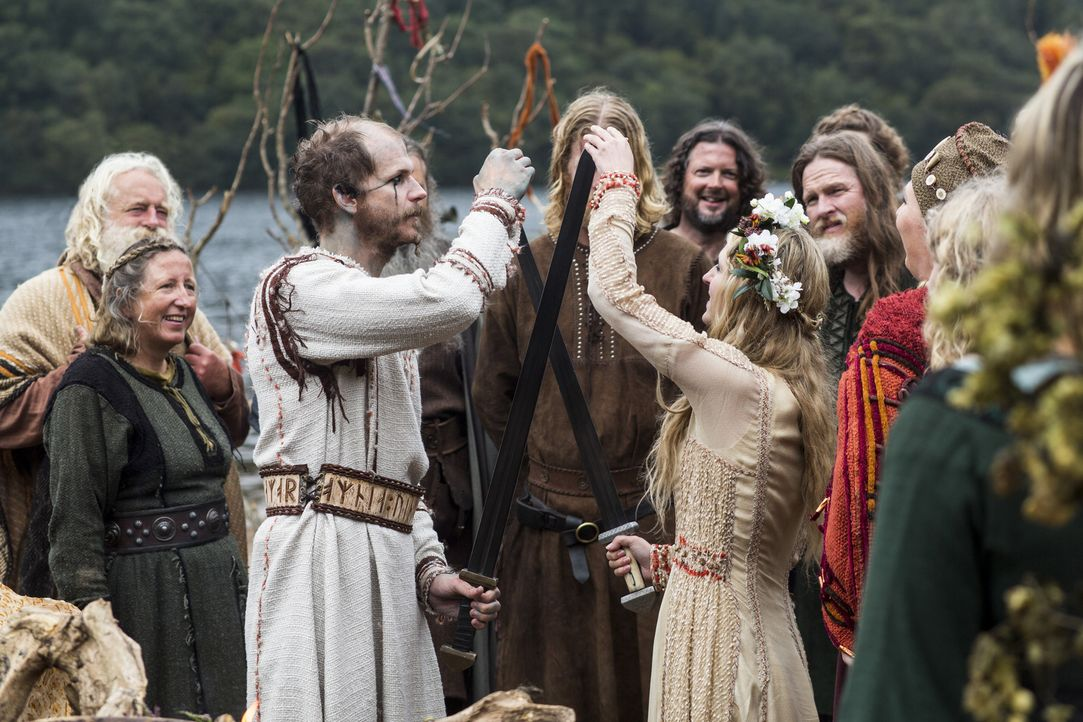 Feiern ihr Liebesglück mit einer traditionellen Wikingerhochzeit: Floki (Gustaf Skarsgard, vorne l.) und Helga (Maude Hirst, vorne r.) ... - Bildquelle: 2014 TM TELEVISION PRODUCTIONS LIMITED/T5 VIKINGS PRODUCTIONS INC. ALL RIGHTS RESERVED.