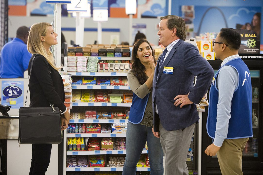 Amy (America Ferrera, 2.v.l.) stellt Glenn (Mark McKinney, 2.v.r.) stellt der Reporterin Cynthia (Eliza Coupe, l.) vor. - Bildquelle: 2015 Universal Television LLC. ALL RIGHTS RESERVED. / Adam Rose