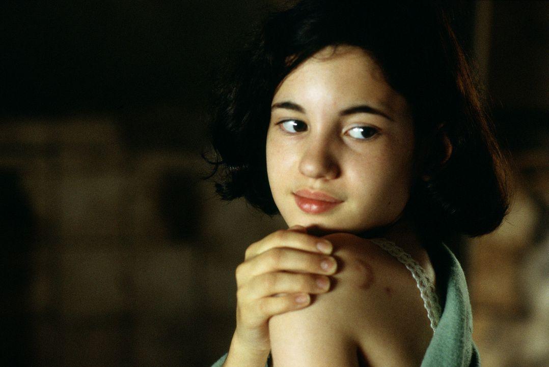 Durch Zufall entdeckt das aufgeweckte Mädchen Ofelia (Ivana Baquero) ein Labyrinth, und stößt dort auf Pan, der ihr ein besseres Leben in Aussicht s... - Bildquelle: Telepool GmbH