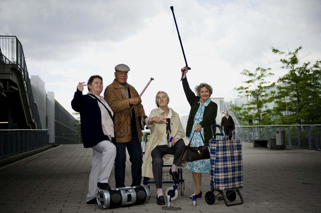 Nehmen junge Leute mit raffinierten Streichen auf die Schippe: Gerda (r.), Helga (l.), Luise (2.v.r.) und Peter (2.v.l.) ... - Bildquelle: ProSieben