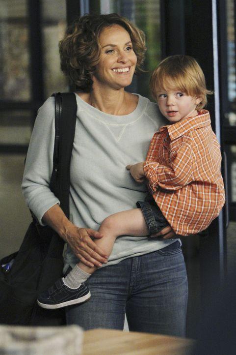 Während sich eine Patientin ohne Gebärmutter ein Baby wünscht, findet Viloet (Amy Brenneman, l.) heraus, dass sie nicht nur Hausfrau und Mutter s... - Bildquelle: ABC Studios