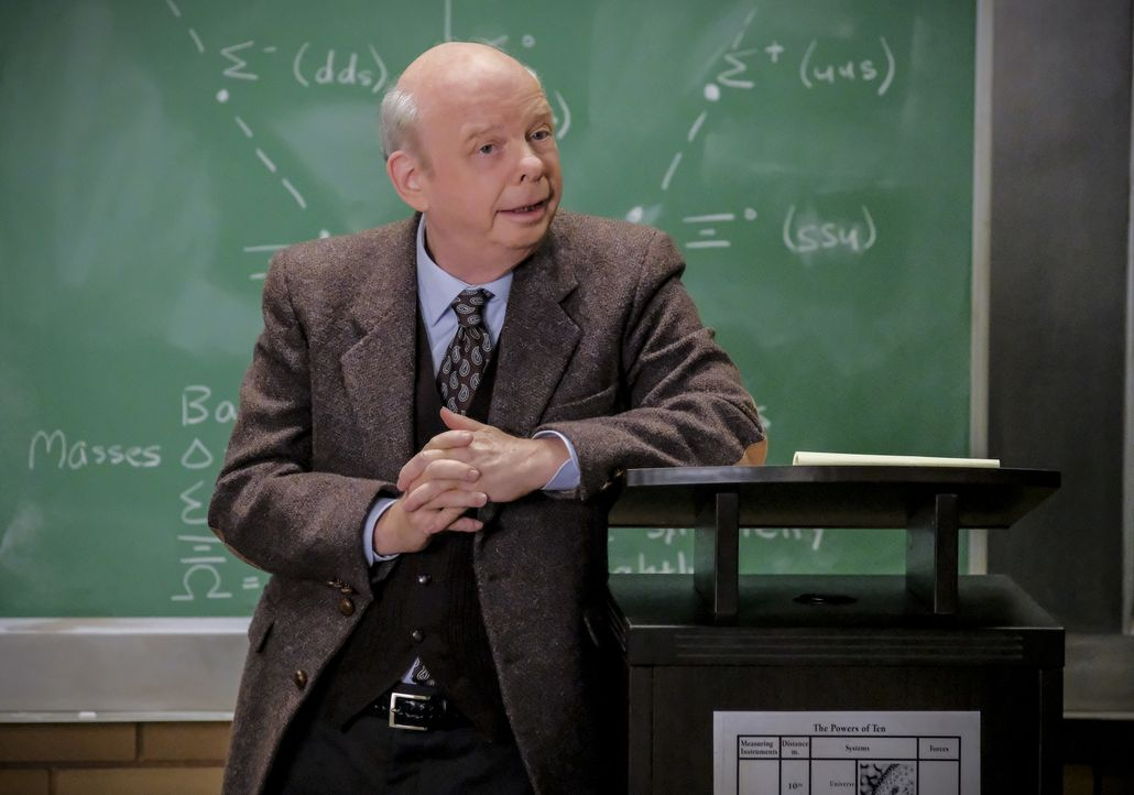 Dr. Sturgis (Wallace Shawn) - Bildquelle: Darren Michaels 2018 WBEI. All rights reserved./Darren Michaels / Darren Michaels
