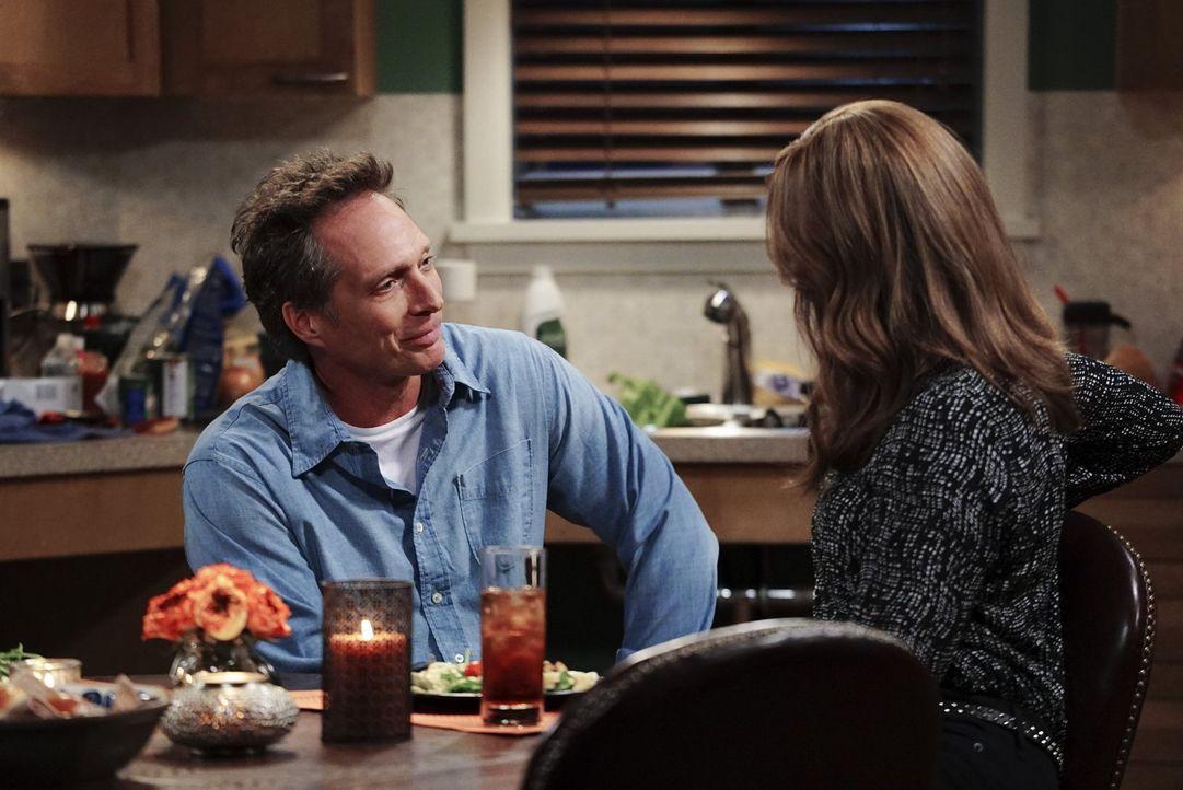 Als Adam (William Fichtner, l.) Bonnie (Allison Janney, r.) am Telefon mitteilt, dass er im Rollstuhl sitzt und sie aus Scham bei ihrer ersten Verab... - Bildquelle: 2015 Warner Bros. Entertainment, Inc.