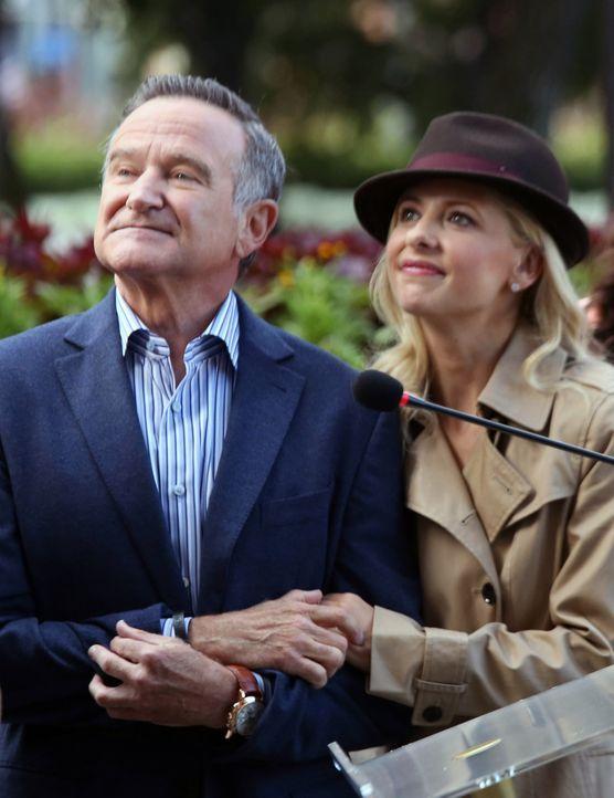 Die Lage in der Agentur eskaliert als Simon (Robin Williams, l.) Sydney (Sarah Michelle Gellar, r.) dazu ermutigt, bei einer Werbekampagne für eine... - Bildquelle: 2013 Twentieth Century Fox Film Corporation. All rights reserved.