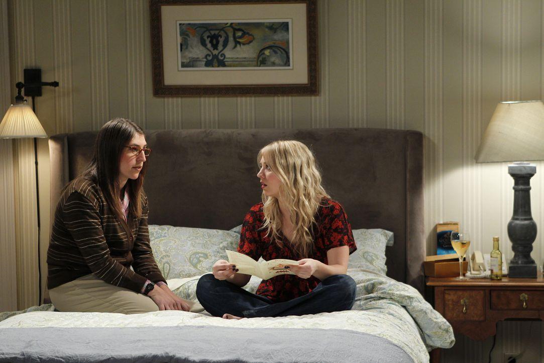 Amy (Mayim Bialik, l.) lädt Penny (Kaley Cuoco, r.) als ihre beste Freundin zu einem Symposium in einem Vier-Sterne-Hotel ein, an dem auch alle ande... - Bildquelle: Warner Bros. Television