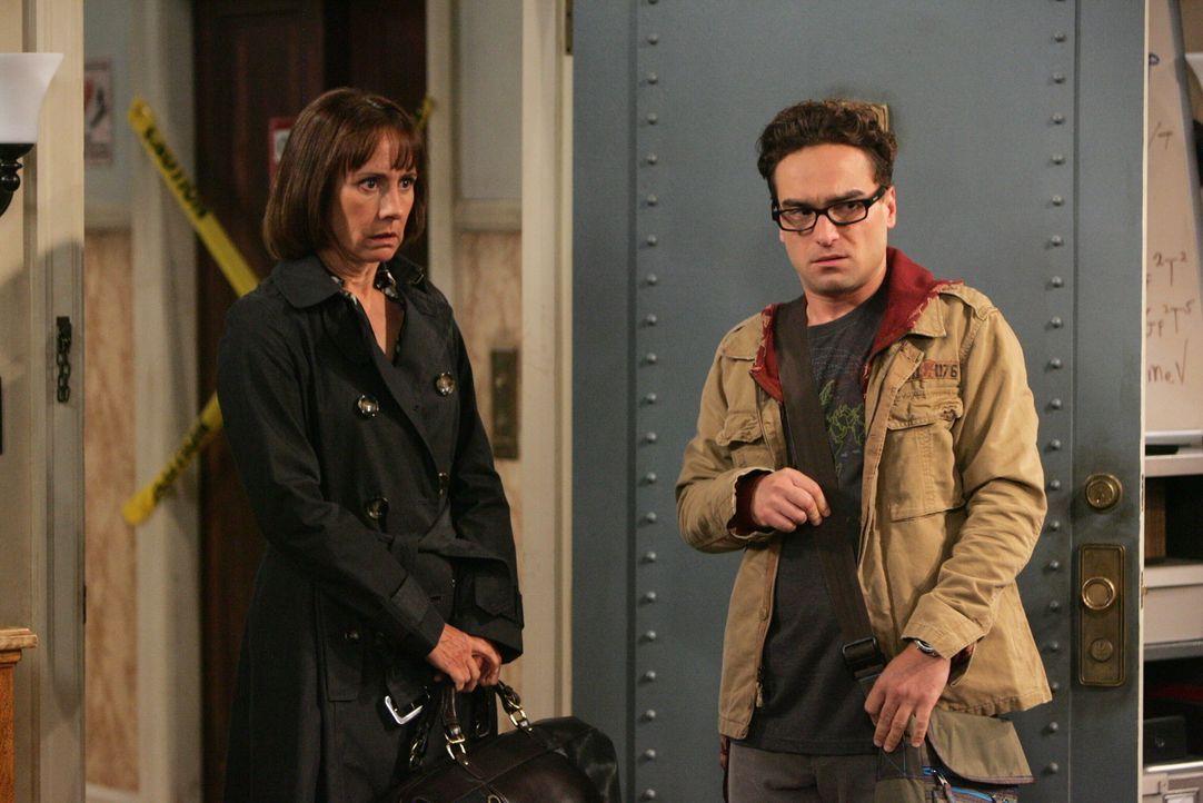 Um Sheldon von seinen merkwürdigen Experimenten abzuhalten und wieder zur Vernunft zu bringen, hat Leonard (Johnny Galecki, l.) nur noch eine Lösu... - Bildquelle: Warner Bros. Television
