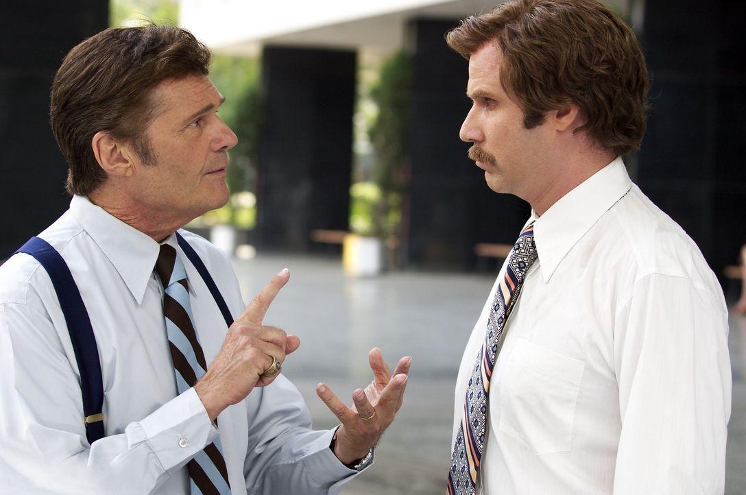 Unermüdlich muss Produzent Ed Harken (Fred Willard, l.), der Rons (Will Ferrell, r.) Ego streicheln, weil der Macho gute Quoten bringt. Bis zu dem... - Bildquelle: Frank Masi DreamWorks