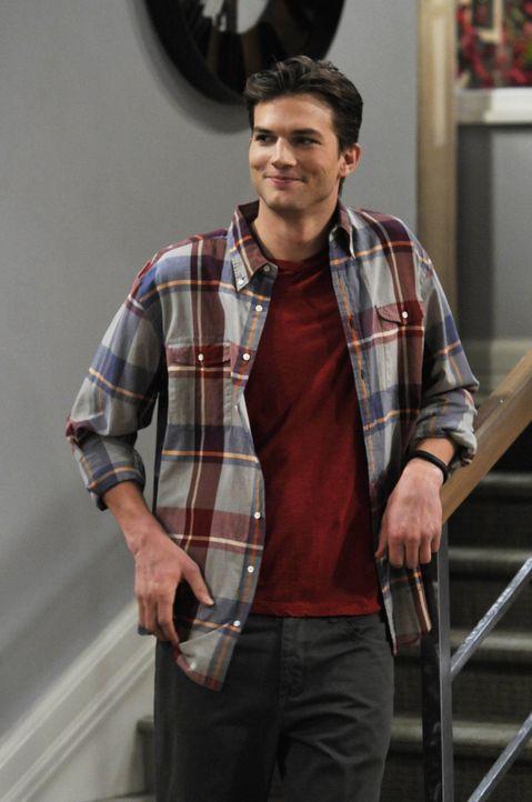 Walden (Ashton Kutcher) ist irritiert, weil Zoey ständig an seinem Bart und seiner Frisur rummäkelt. Als Liebesbeweis möchte sie, dass sich Walden s... - Bildquelle: Warner Brothers Entertainment Inc.