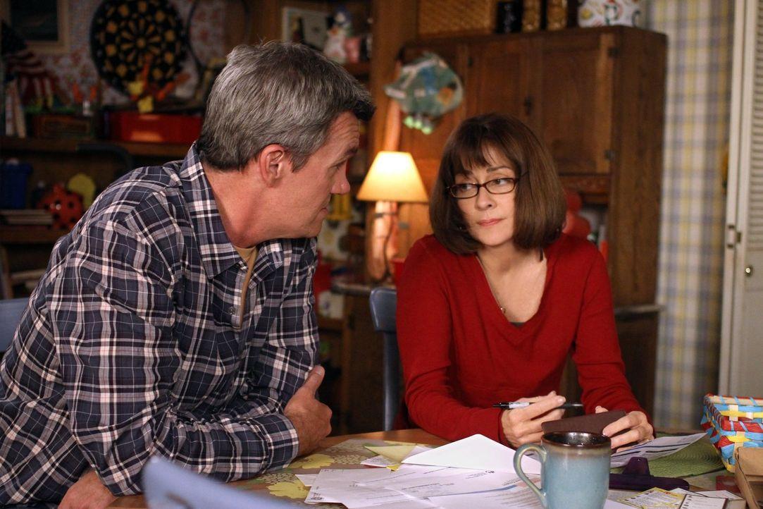 Das Haus der Hecks ist undicht. Deshalb wollen Mike (Neil Flynn, l.) und Frankie (Patricia Heaton, r.) sich ein Apartment ansehen, was bei ihren Kin... - Bildquelle: Warner Brothers