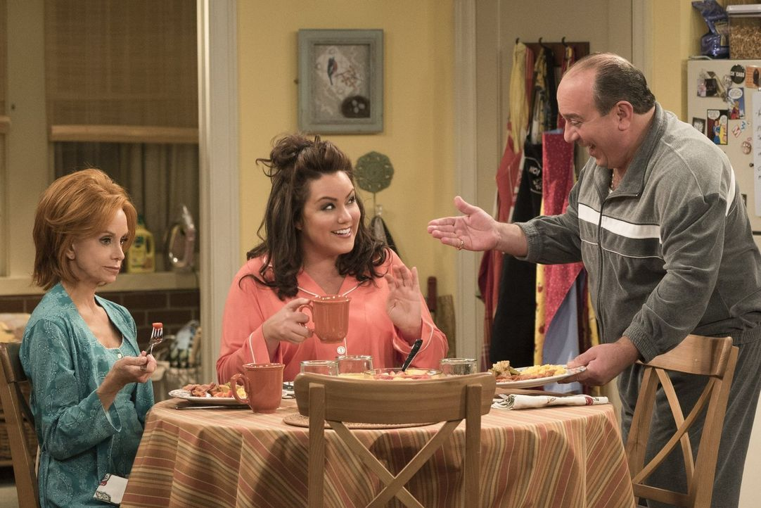 Victoria (Katy Mixon, M.) und Vince (Louis Mustillo, r.) freuen sich darüber, dass Mike und Molly ein Kind adoptieren wollen. Joyce (Swoosie Kurtz,... - Bildquelle: Warner Brothers