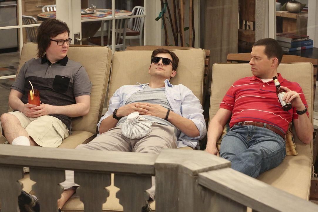 Wissen nicht, was sie von Walden (Ashton Kutcher, M.) und seinem Liebesleben halten sollen: Barry (Clark Duke, l.) und Alan (Jon Cryer, r.) ... - Bildquelle: Warner Brothers Entertainment Inc.