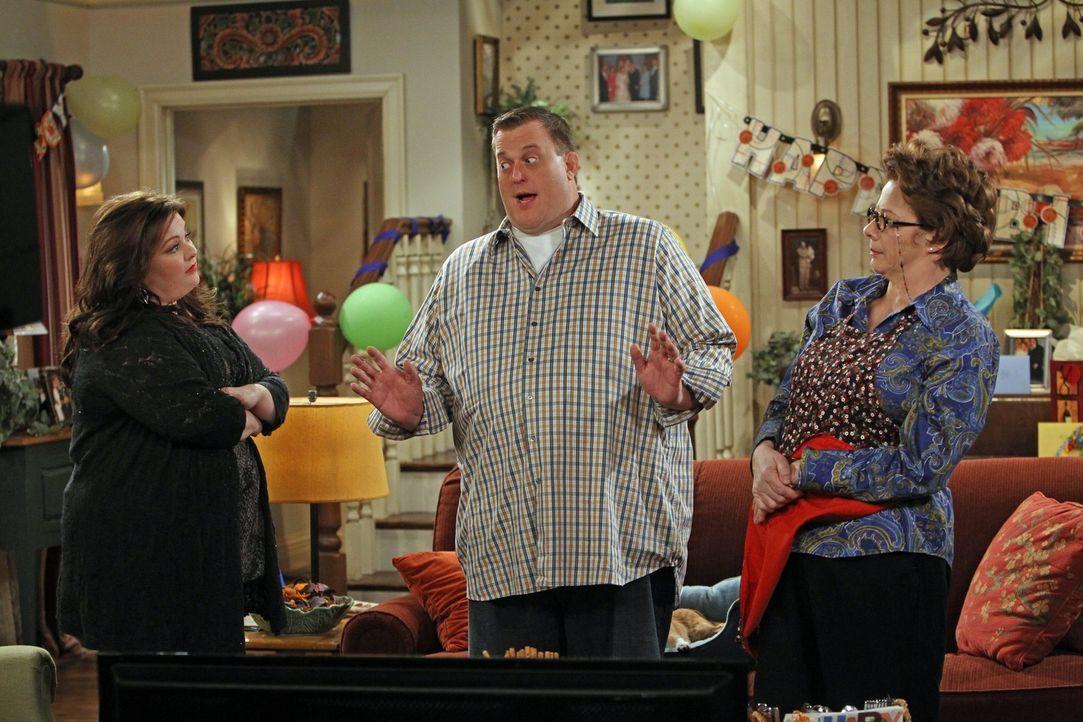 Mike (Billy Gardell, M.) wünscht sich zum Geburtstag, dass seine Frau und seine Mutter sich vertragen, doch Molly (Melissa McCarthy, l.) und Peggy... - Bildquelle: Warner Brothers