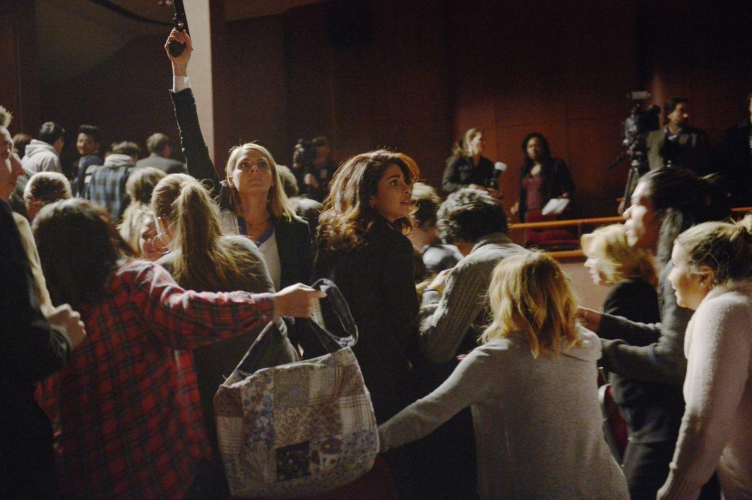 Versuchen, die Senatorin zu retten. Doch wird es Hannah (Eliza Coupe, Mitte l.) und Alex (Priyanka Chopra, Mitte r.) gelingen? - Bildquelle: Philippe Bosse 2015 ABC Studios