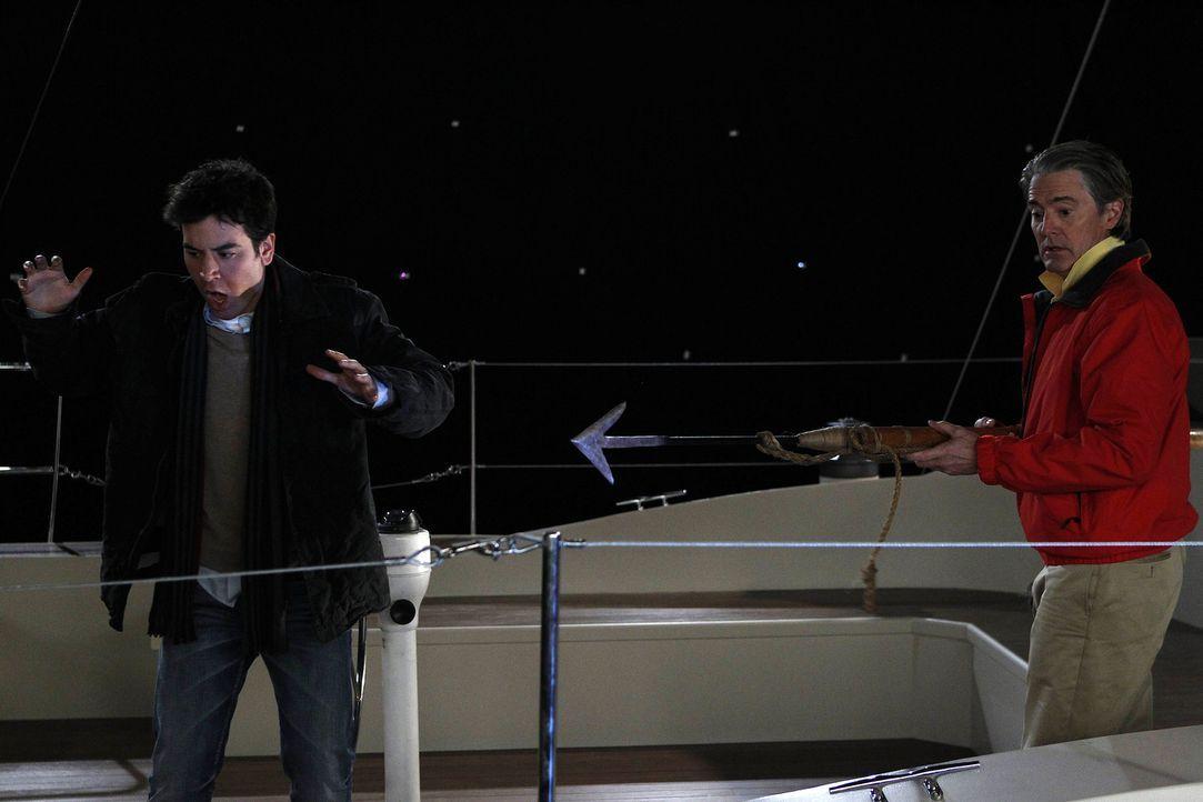 Ted (Josh Radnor, l.) und Captain (Kyle MacLachlan, r.) machen einen Segeltörn - der völlig anders als geplant endet ... - Bildquelle: 20th Century Fox International Television