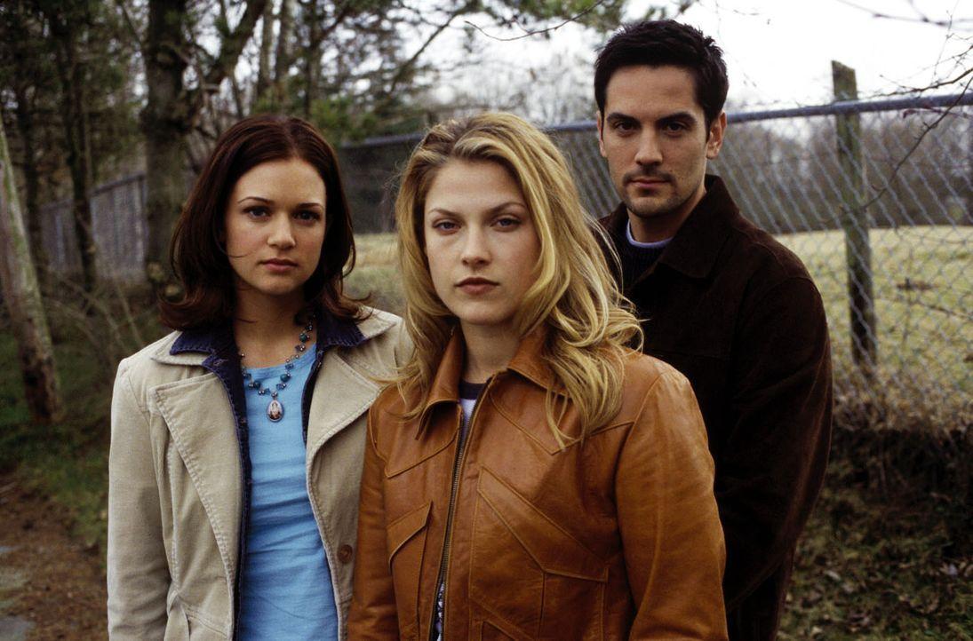 Clear (Ali Larter, M.), Kimberly (A. J. Cook, l.) und Thomas (Michael Landes, r.) vereinen ihre Kräfte, um dem meuchelnden Sensenmann zu entkommen .... - Bildquelle: Warner Bros. Television