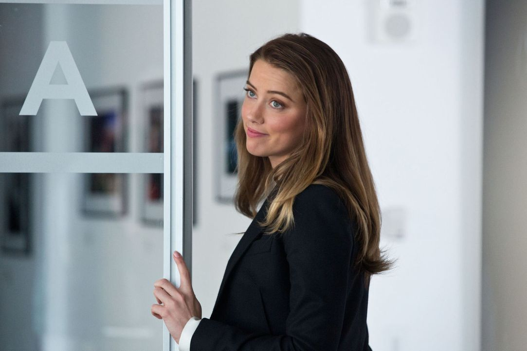 Emma Jennings (Amber Heard), die Marketing-Chefin von Eikon, verliebt sich in Adam. Sie ahnt nicht, dass er sie belügt ... - Bildquelle: 2012 Paranoia Acquisitions LLC. All rights reserved.