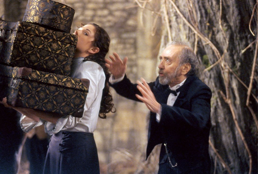 Der Kastellan (Hans Clarin, r.) und Konstanzia (Ellenie Salvo González, l.) müssen das Gepäck der zickigen Gräfin Leonora ins Schloss verfrachte... - Bildquelle: Constantin Film