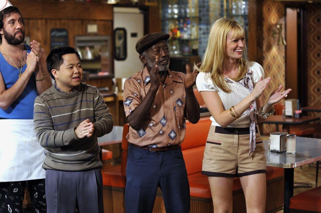 Das Team um Restaurantbesitzer Han (Matthew Moy, 2. v. l.) entdeckt Carolines (Beth Behrs, r.) Verkaufstalent. - Bildquelle: Warner Brothers