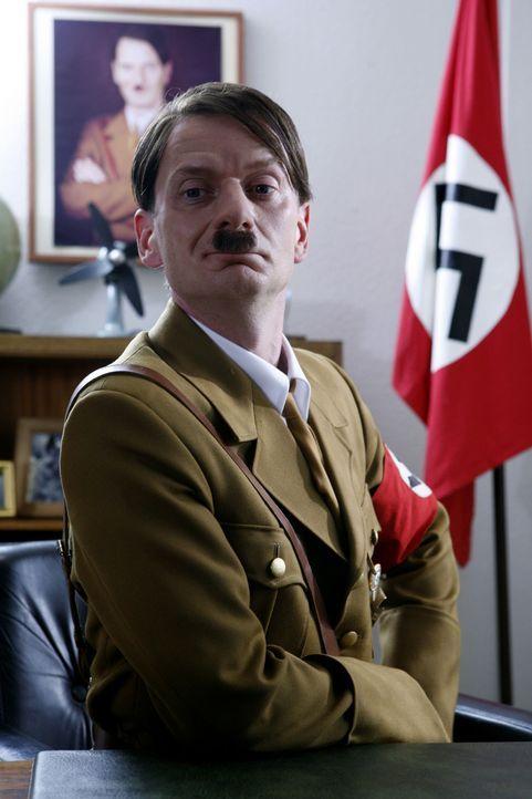 """Ge-Switcht: Hitler (Michael Kessler) zieht in """"Switch Reloaded"""" in Strombergs Büro ein ... - Bildquelle: ProSieben"""