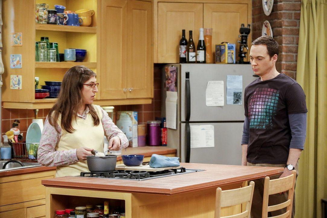 Während Amy (Mayim Bialik, l.) allen Grund hat, sich über ein Sommerstipendium zu freuen, läuft es bei Sheldon (Jim Parsons, r.) nicht ganz so gut .... - Bildquelle: 2016 Warner Brothers