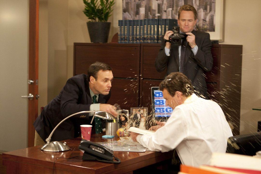 Barney (Neil Patrick Harris, M.) hat die Idee, ein Werbevideo zur Verbesserung des Rufs seines Arbeitgebers zu drehen. Randy (Will Forte, l.) und Ma... - Bildquelle: 20th Century Fox International Television