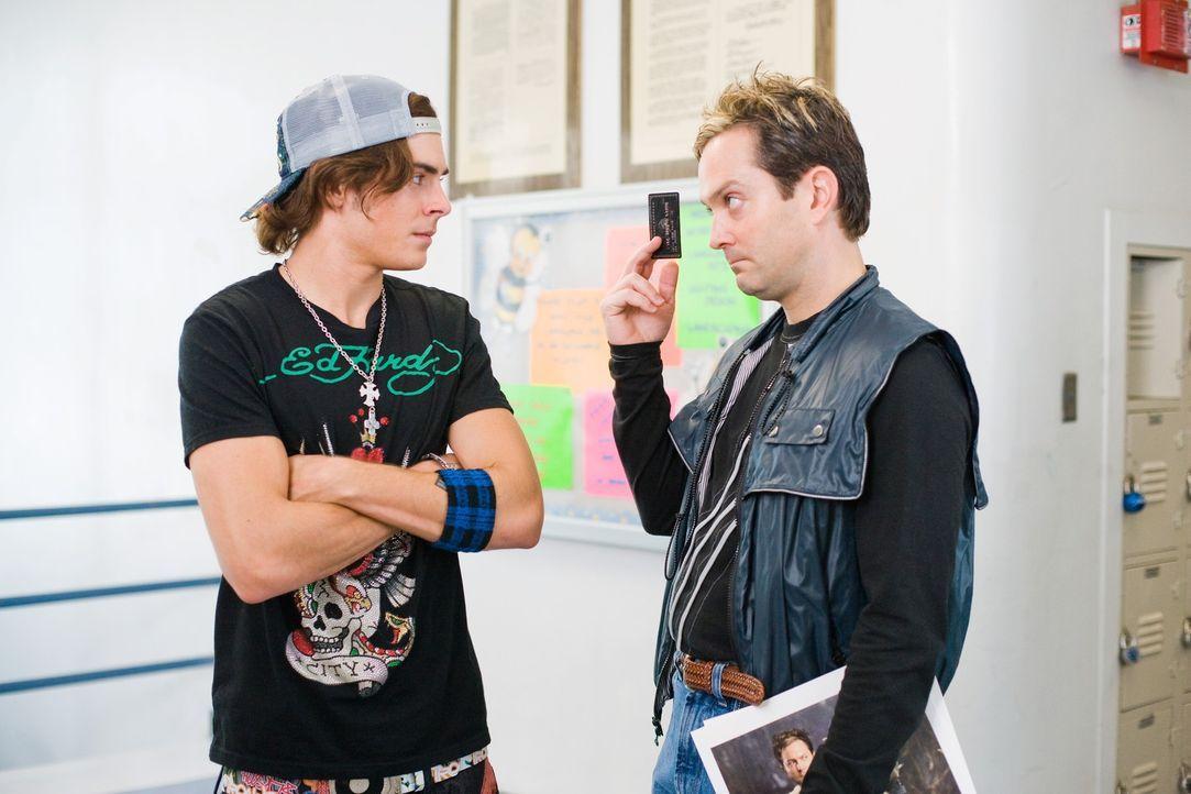 Eigentlich wollte Ned Gold (Thomas Lennon, r.) mit der skurrilen Verjüngung seines Freundes Mike (Zac Efron, l.) nichts zu tun haben, doch dann ist... - Bildquelle: 2008   Warner Bros.