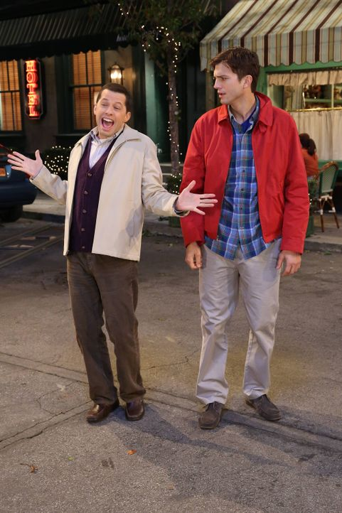 Gemeinsam fliegen Alan (Jon Cryer, l.) und Walden (Ashton Kutcher, r.) nach New York, damit Walden seiner Freundin endlich seine wahre Identität off... - Bildquelle: Warner Bros. Television