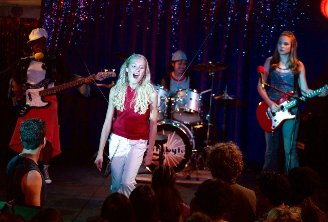 Mit Lorette Modern (Spencer Redford, vorne) als Frontfrau schafft es die Band ganz nach oben ... - Bildquelle: The Disney Channel