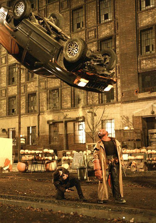 Im Kampf mit gefährlichen übernatürlichen Mächten, die die Welt bedrohen: Hellboy (Ron Perlman, r.) und John Myers (Rupert Evans, l.) ... - Bildquelle: Sony Pictures Television International. All Rights Reserved.