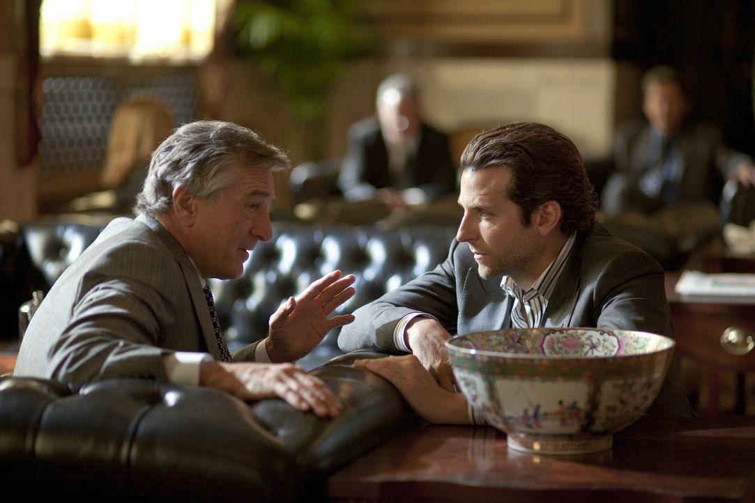 Eddie Morra (Bradley Cooper) und Carl Van Loon (Robert De Niro) haben große Pläne mit der Droge, doch dann erkennt Eddie, welche Folgen die Einnahme... - Bildquelle: 2011 Concorde Filmverleih GmbH