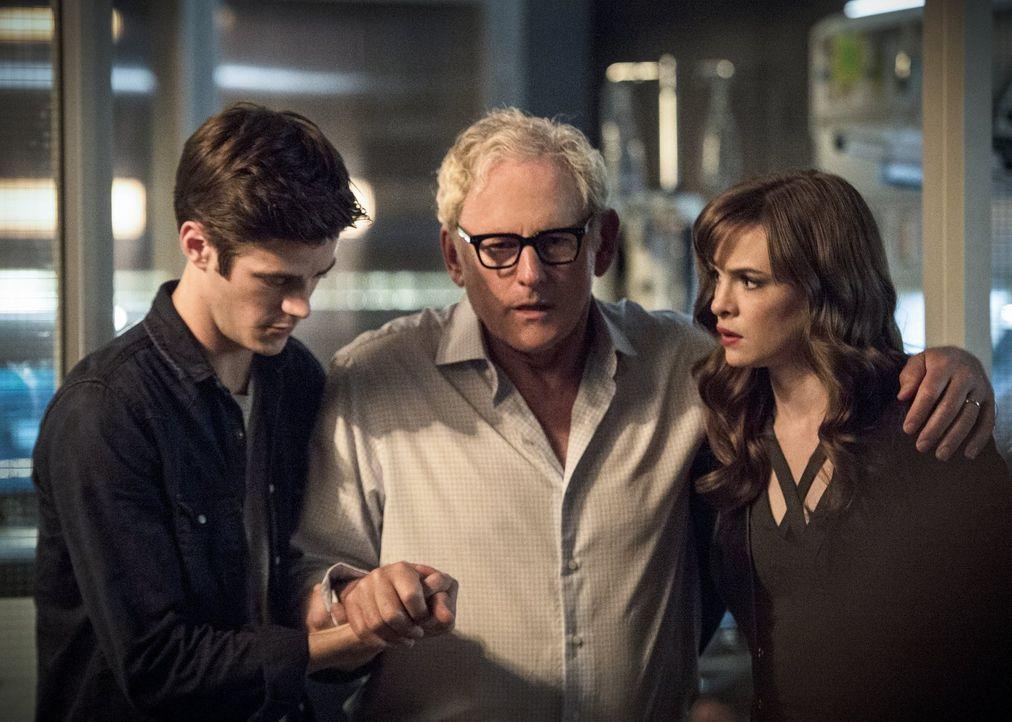 Als Barry (Grant Gustin, l.) und Caitlin (Danielle Panabaker, r.) erkennen, was der Grund für Dr. Steins (Victor Garber, M.) Schwächeanfälle ist, ma... - Bildquelle: 2015 Warner Brothers.