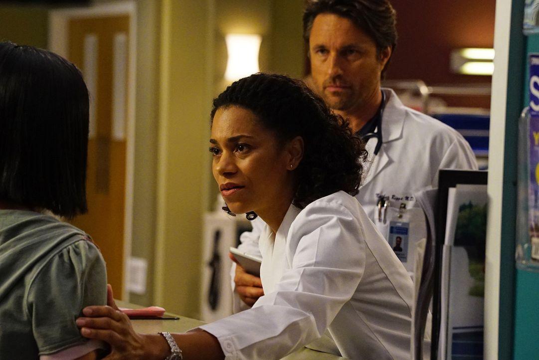 Maggie (Kelly McCreary, r.) und Nathan (Martin Henderson, M.) möchten von Stacy (Brianne Tju, l.), dem Kindermädchen von Peter und Brandon, wissen,... - Bildquelle: Richard Cartwright ABC Studios