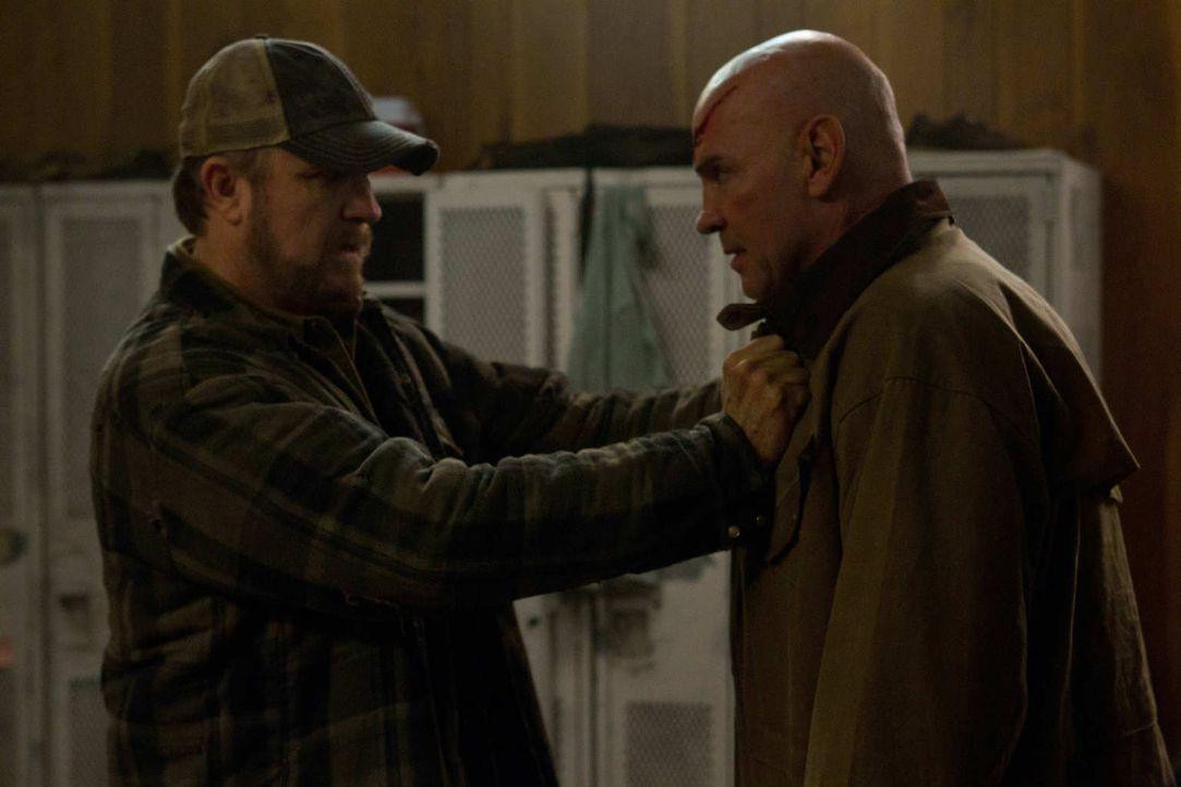 Vorerst kann Bobby (Jim Beaver, l.) Dean davon abhalten, sein Versprechen Samuel (Mitch Pileggir, r.) gegenüber zu erfüllen ... - Bildquelle: Warner Bros. Television