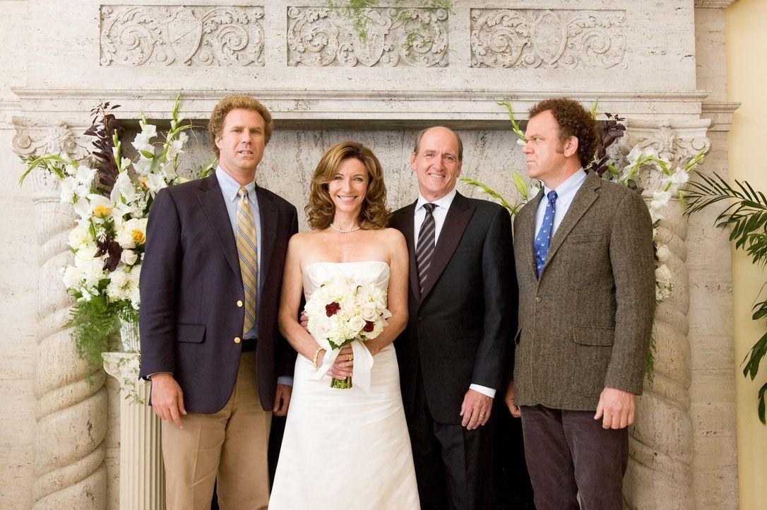 Der 40-jährige Brennan (Will Ferrell, l.) ist der Liebling seiner Mama Nancy (Mary Steenburgen, 2.v.l.), während der 39-jährige Dale (John C. Rei... - Bildquelle: 2008 Columbia Pictures Industries, Inc. and Beverly Blvd LLC. All Rights Reserved.