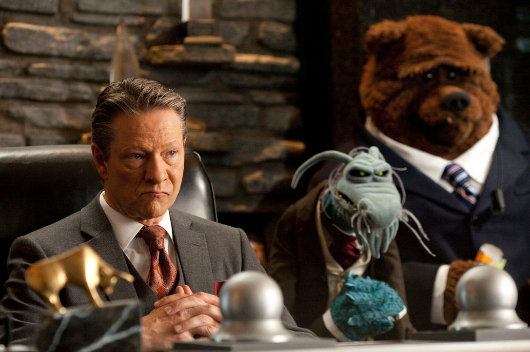 Der Multimillionär Chris Cooper (Tex Richman, l.) will die Muppet-Studios partout abreißen lassen. Da ersinnen deren Freunde einen genialen Plan, um... - Bildquelle: The Muppets Studio, LLC. All rights reserved