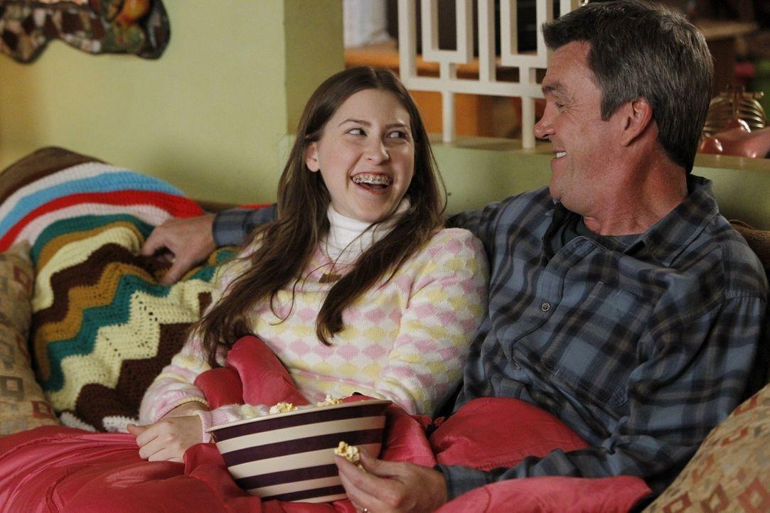 """Als Mike (Neil Flynn, r.) erfährt, dass Sues (Eden Sher, l.) neue """"Freundin"""" sie nicht zu ihrer Übernachtungsparty einlädt, setzt er sich für seine... - Bildquelle: Warner Brothers"""