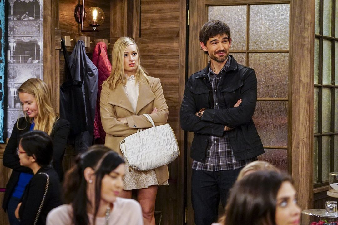 Eigentlich hatte sich Caroline (Beth Behrs, 2.v.r.) wirklich auf das Date mit Bobby (Christopher Gorham, r.) gefreut, doch dann macht sie sich die g... - Bildquelle: Warner Bros. Television