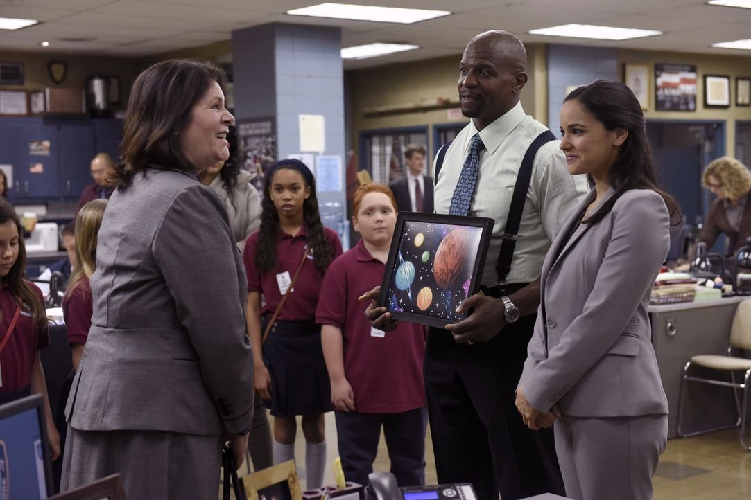 (v.l.n.r.) Dr. Susman (Mo Gaffney); Terry Jeffords (Terry Crews); Amy Santiago (Melissa Fumero) - Bildquelle: Erica Parise 2014 UNIVERSAL TELEVISION LLC. All rights reserved / Erica Parise