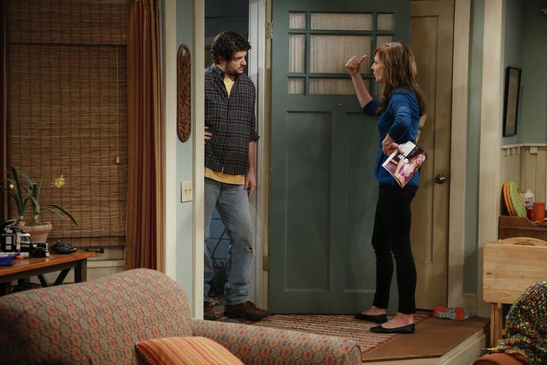 Überraschend steht Baxter (Matt Jones, l.) in der Tür und fragt, ob er mit seinem Van ein paar Tage auf Christys Grundstück parken darf, weil er zur... - Bildquelle: Warner Brothers Entertainment Inc.