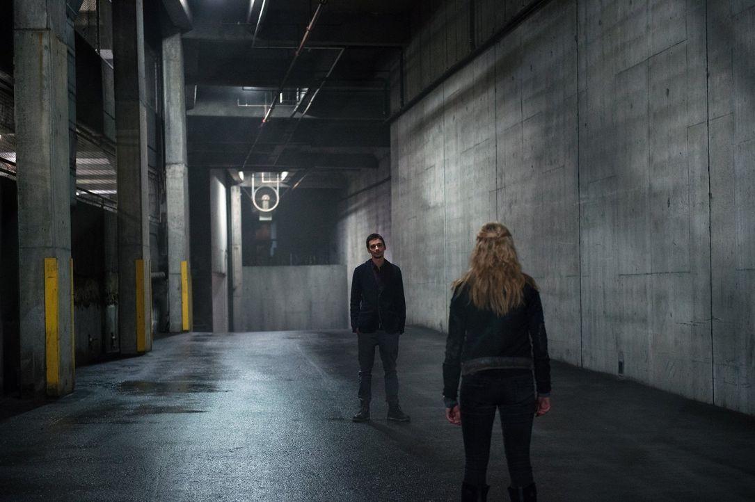 Wird es Jasper (Devon Bostick, l.) auch in der Stadt des Lichts gelingen, Clarke (Eliza Taylor, r.) und dem Widerstand einen Strich durch die Rechnu... - Bildquelle: 2014 Warner Brothers