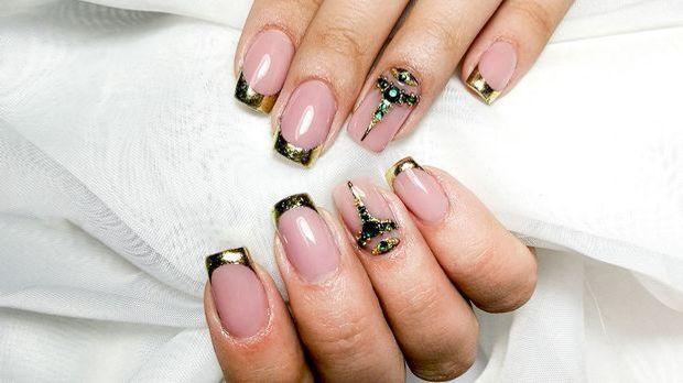 French Nail Art Design mit Glitzer - Trends für Herbst und Winter in 2021/22
