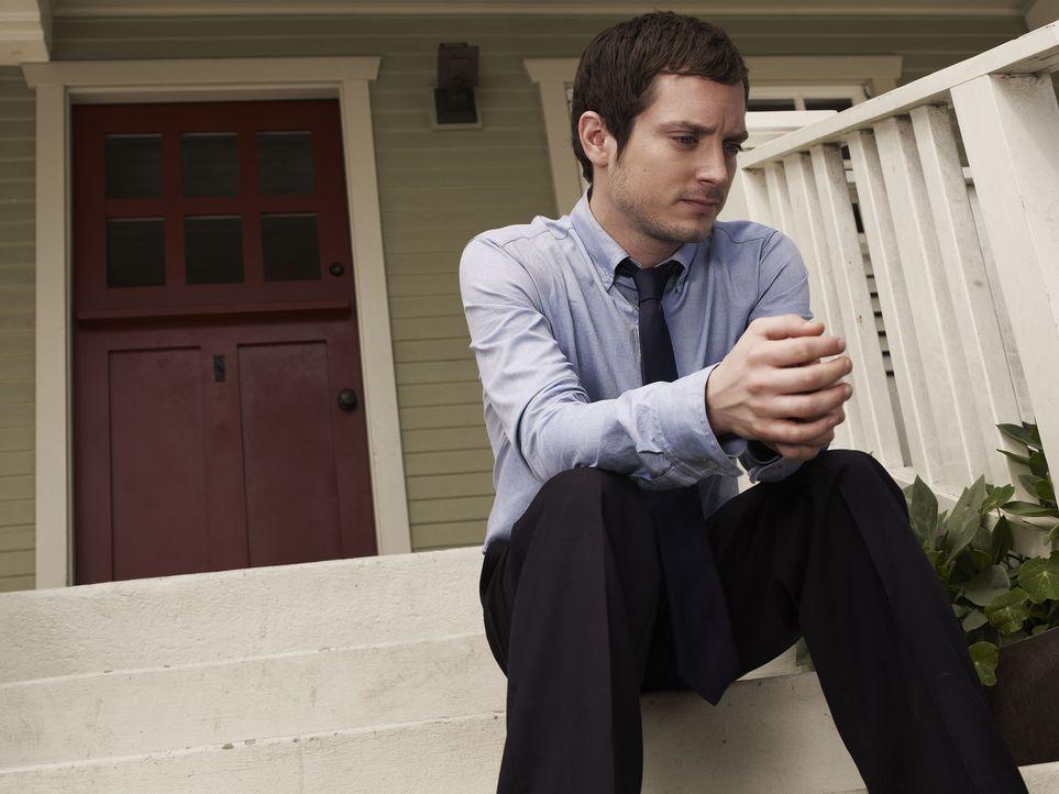 (1. Staffel) - Ryan (Elijah Wood) hat die Schnauze voll und beschließt seinem Leben ein Ende zu setzen und seinen lange geplanten Selbstmord endlic... - Bildquelle: 2011 FX Networks, LLC. All rights reserved.
