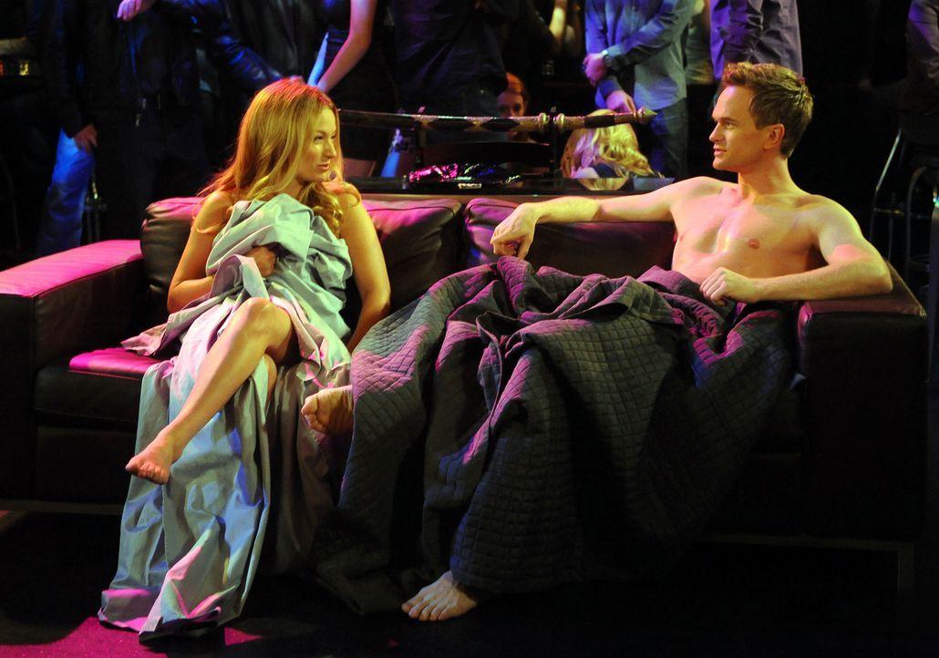 Hat Barney (Neil Patrick Harris, r.) in Quinn (Becki Newton, l.), die Frau fürs Leben gefunden? - Bildquelle: 20th Century Fox International Television