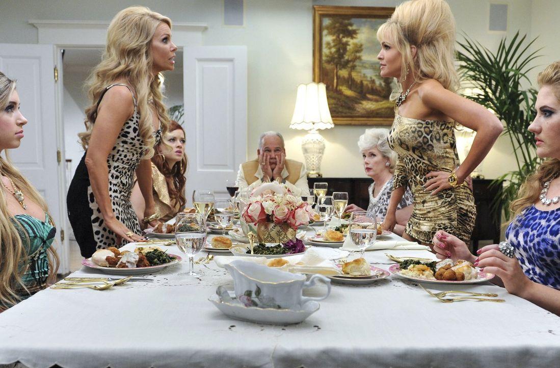 Ein Konkurrenzkampf um die Liebe ihrer verstorbenen Mutter enbrennt zwischen Dallas (Cheryl Hines, stehend l.) und ihrer Schwester Georgia (Jenn Lyo... - Bildquelle: Warner Brothers