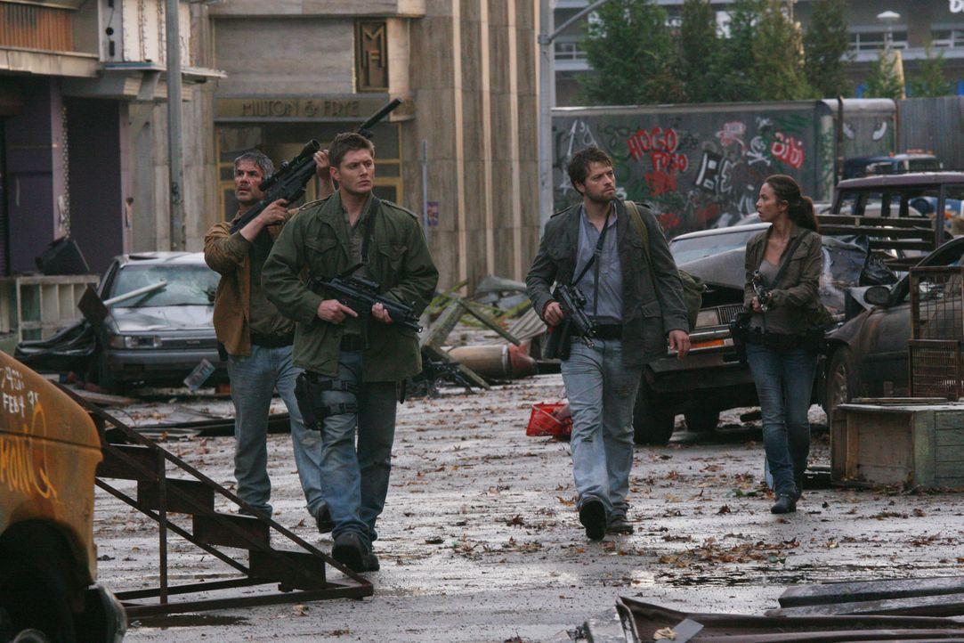 Im Kampf gegen das Böse: Castiel (Misha Collins, 2.v.r.) und Dean (Jensen Ackles, 2.v.l.) ... - Bildquelle: Warner Bros. Television